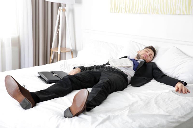 Habillé chez l'homme de costume est tombé endormi image stock