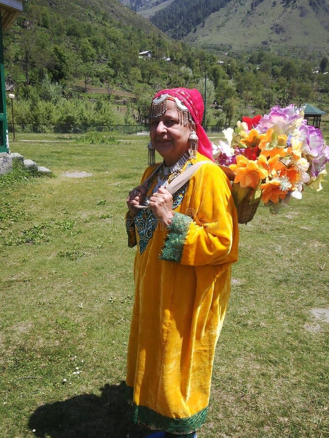 Habillé dans la robe du Cachemire dans le jardin images libres de droits