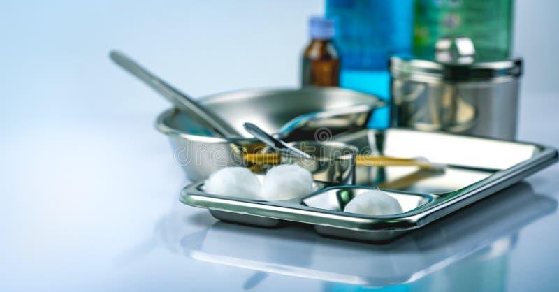 Habillage de soin de blessure réglé sur la plaque d'acier inoxydable Boule de coton blanche, bâton de coton, forceps, bassin de r photos stock
