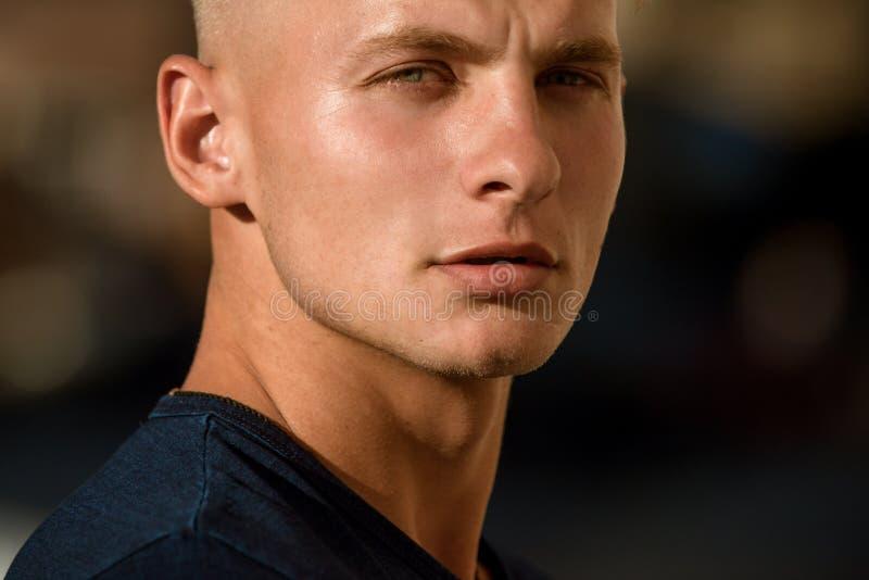 Habillage en tant qu'homme musculaire Homme bel avec le jeune visage Mannequin musculaire L'homme caucasien portent la mode occas photos stock