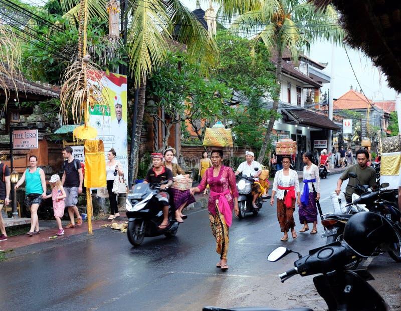 Habillement cérémonieux de Balinese traditionnel éditorial illustratif d'apparence et religieux femelles image stock