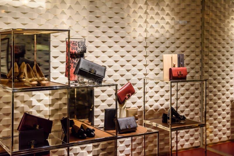 Habillement et accessoires luxueux de femme à vendre dans l'affichage de fenêtre de magasin photos libres de droits
