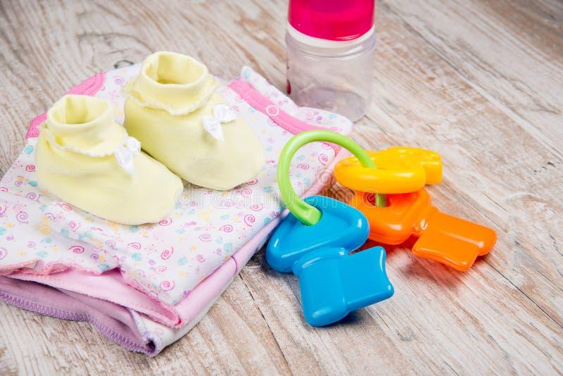 Habillement et accessoires pour des bébés, image libre de droits