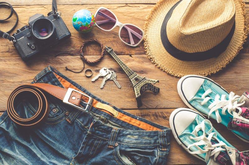 Habillement et accessoires pour le voyage sur le fond en bois photos libres de droits