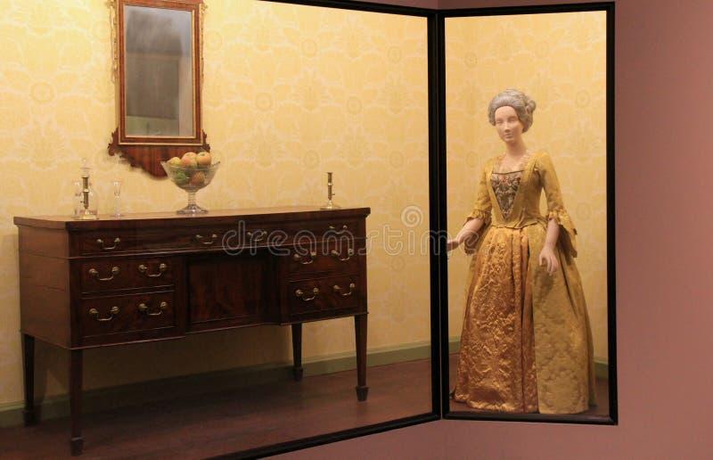 Habillement et meubles de période dans le grand cas en verre, le musée d'état, Albany, 2016 images stock
