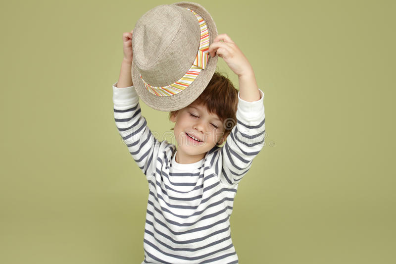 Habillement et mode d'enfants : Enfant expressif avec Fedora Hat photo stock