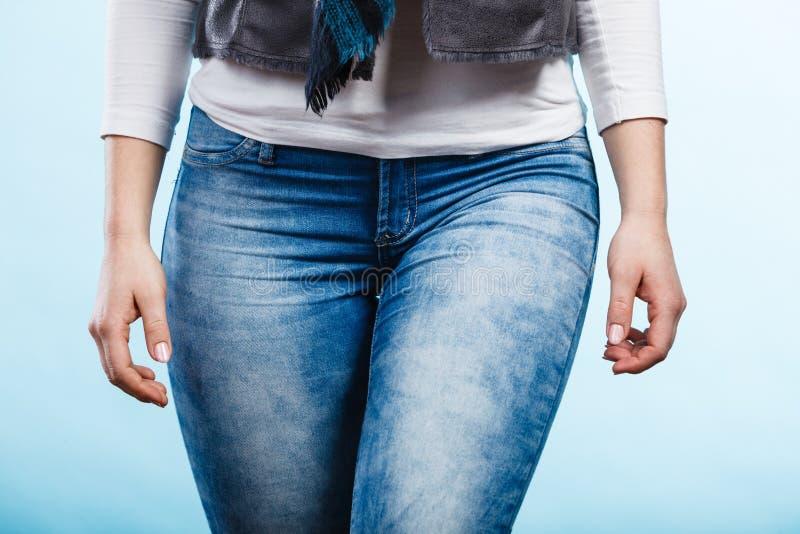 Habillement, mode Hanches de femme avec des jeans photo stock