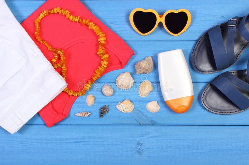 Habillement pour la femme et les accessoires pour des vacances et l'été photographie stock libre de droits