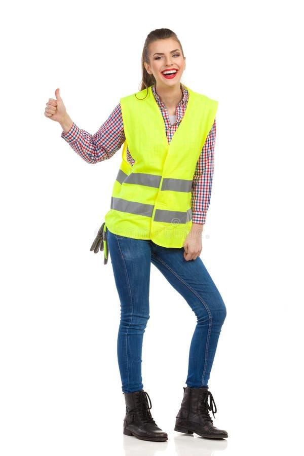 Habillement réfléchi riant de femme approuvé photographie stock libre de droits