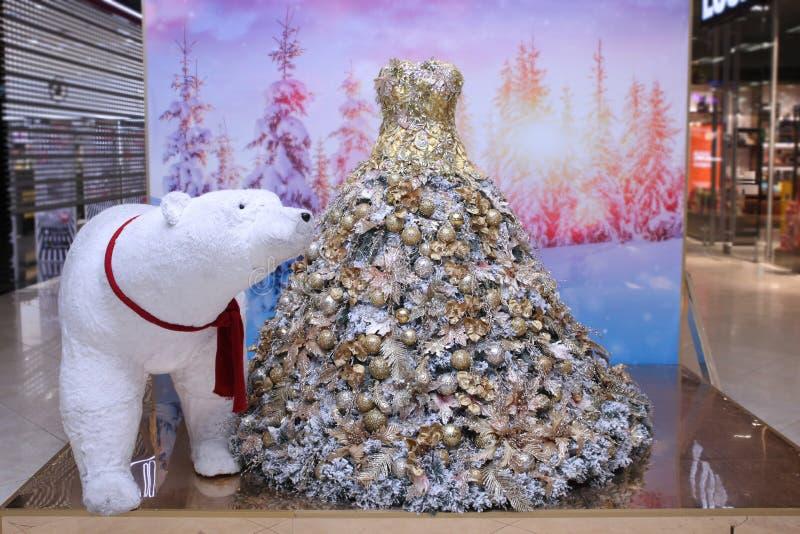 Habillez, tous dans des boules d'or et des bijoux et un grand ours blanc photos libres de droits