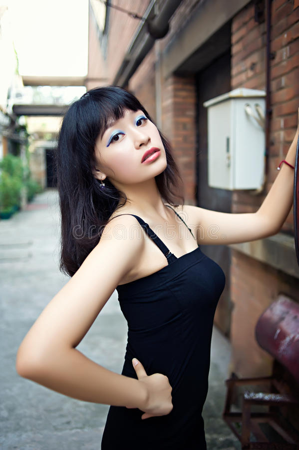 Habillez une fille sexy dans le secteur d'arts photos stock