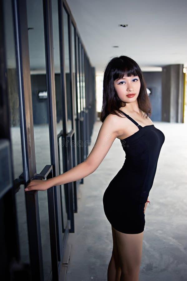 Habillez une fille sexy dans le secteur d'arts images libres de droits