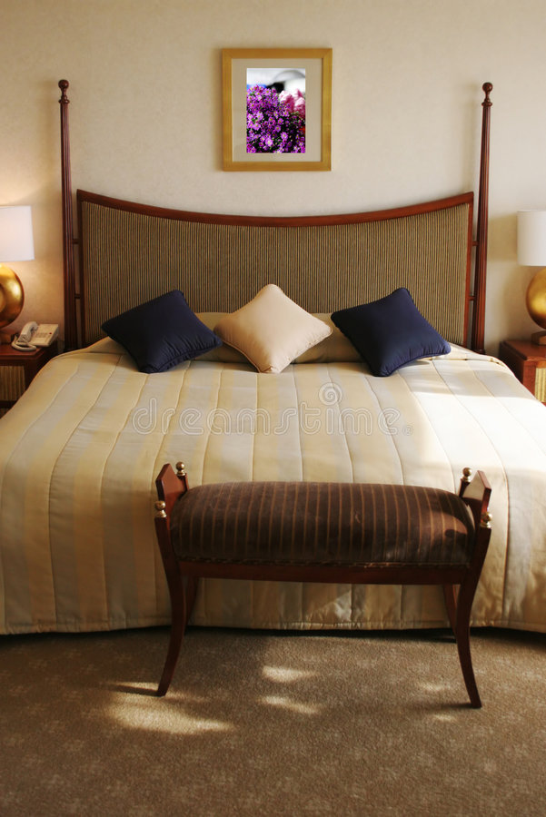 Habitación con una cama clasificada reina foto de archivo