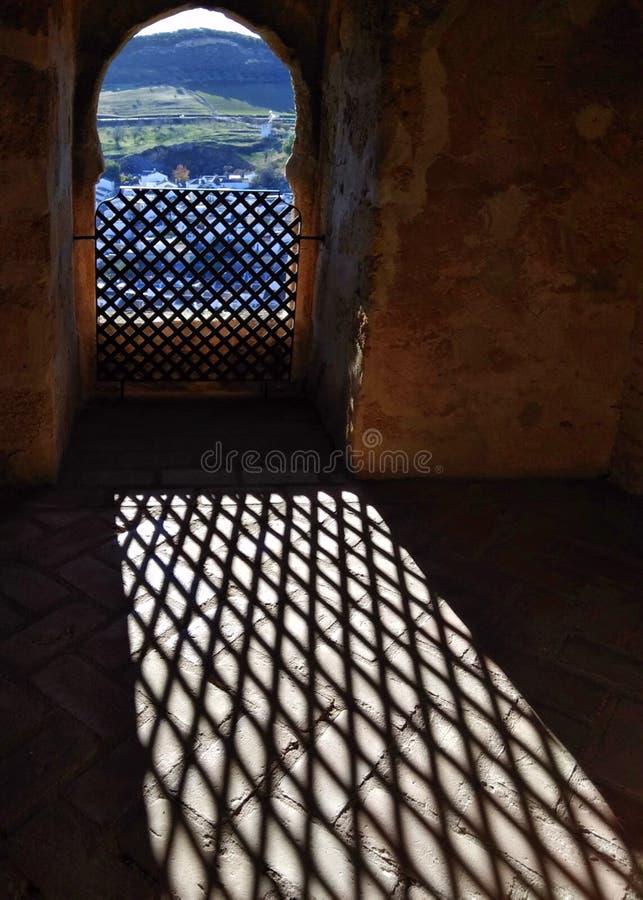 Habitación con una ventana deslizada con vistas a la ciudad de Antequera, España imágenes de archivo libres de regalías