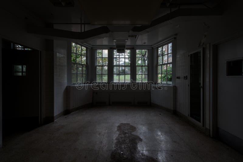 Habitación Creepy Derelict + Ventanas - Hospital Estatal Laurelton Abandonado - Pensilvania foto de archivo libre de regalías