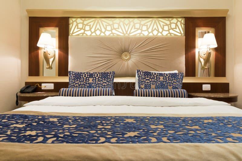 Habitaci n de lujo con el dormitorio c modo y la decoraci n moderna foto editorial imagen de - Foto chambre a coucher ...