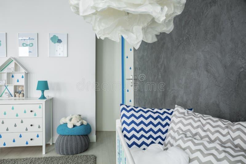 Habitación del niño con el muro de cemento fotos de archivo