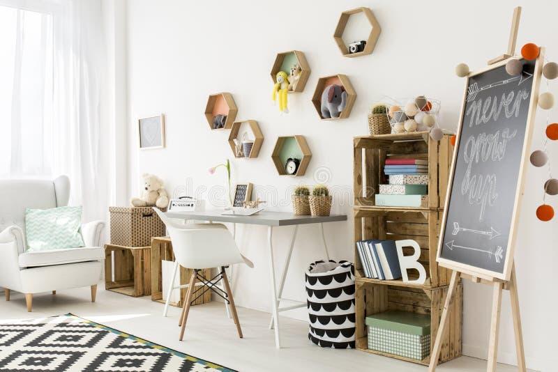 Habitación del niño encantadora y moderna imagenes de archivo