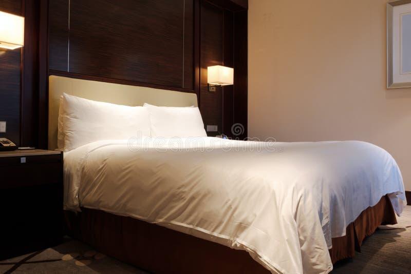 Habitación estándar de las camas gigantes fotos de archivo