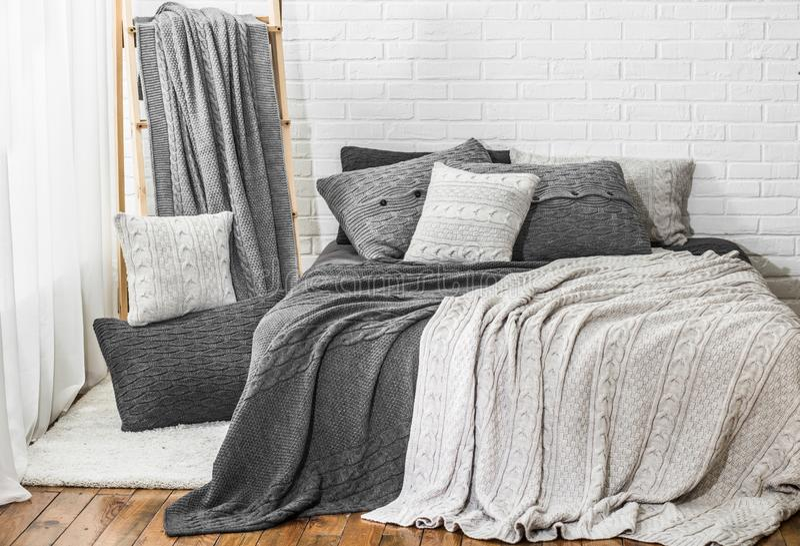 habitación interior cálidas almohadas recubiertas de tela color textil fotografía de archivo libre de regalías