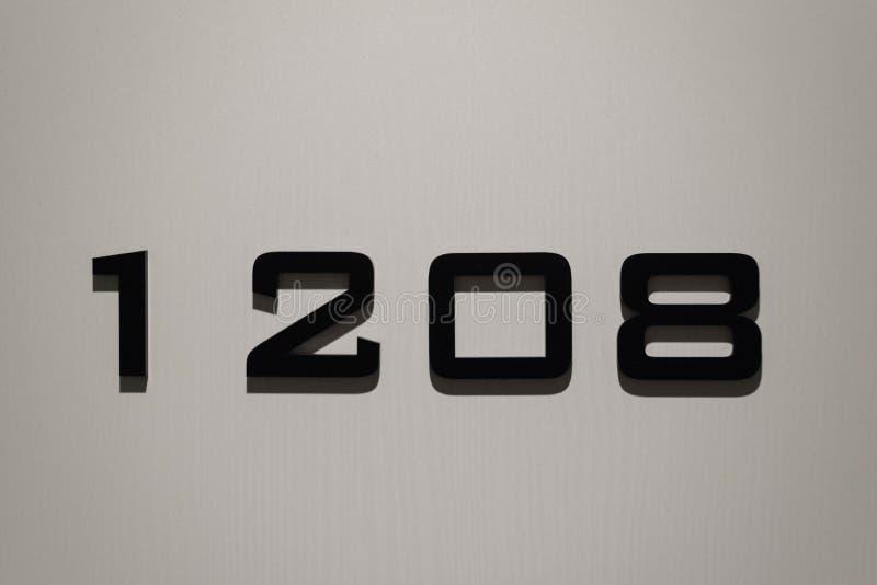 Habitación número 1208 en la puerta del hotel foto de archivo