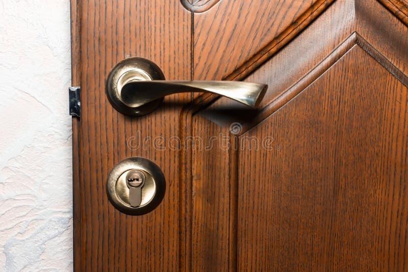 Habitación o entrada del apartamento con la puerta abierta, imagenes de archivo