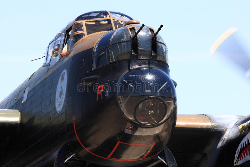 Habitacles de nez de bombardier d'Avro Lancaster, mitrailleuses de nez avec les moteurs fonctionnants photo libre de droits