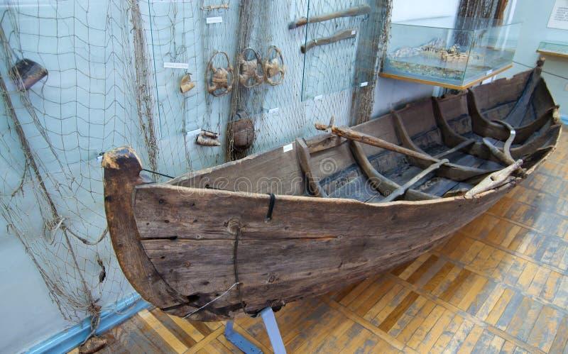 Habitantes nativos do barco de madeira velho de Kola Peninsula fotos de stock royalty free