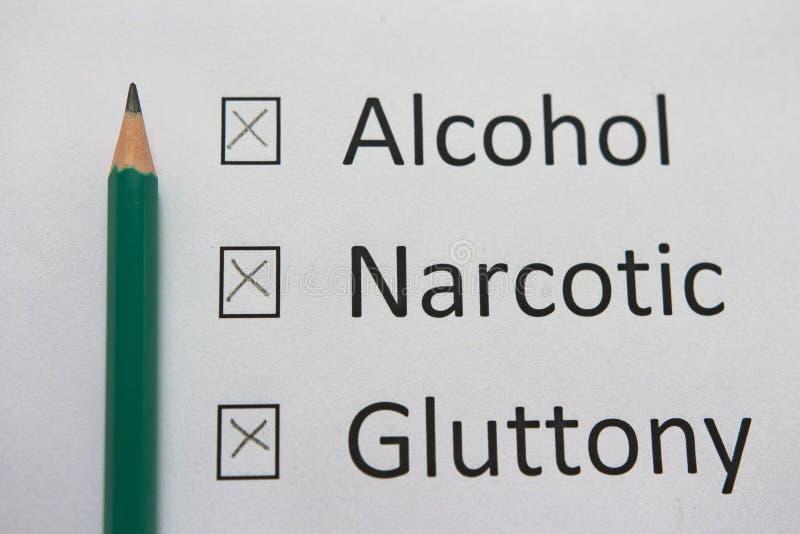 Habitudes néfastes : l'alcool, drogues, gloutonnerie sont écrits sur le livre blanc au crayon Débarassez-vous des mauvaises habit photos stock