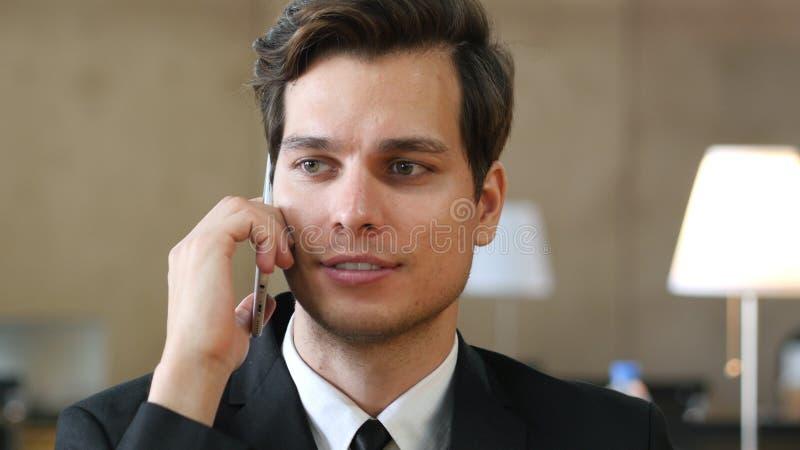 Hablando en el teléfono, cierre para arriba fotos de archivo libres de regalías