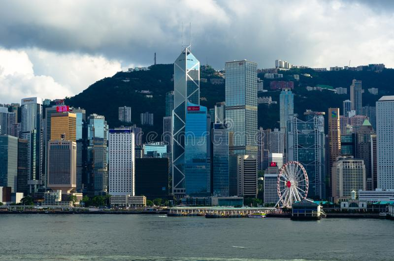 HABOUR城市香港,2019年6月08日:白天香港市吻合风景地平线从Tsim的她特伦通对中央的地区面孔 库存照片
