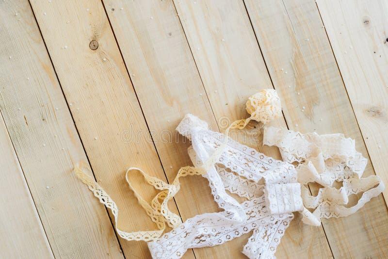 Hace el concepto a mano, cinta del cordón en fondo de madera imagen de archivo