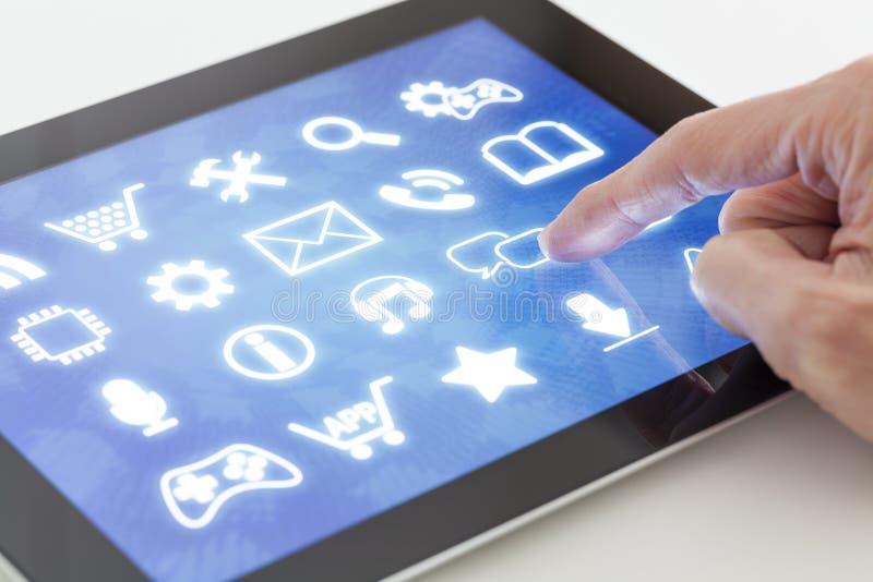 Hacer clic en una tableta con el interfaz de la pantalla táctil fotografía de archivo libre de regalías