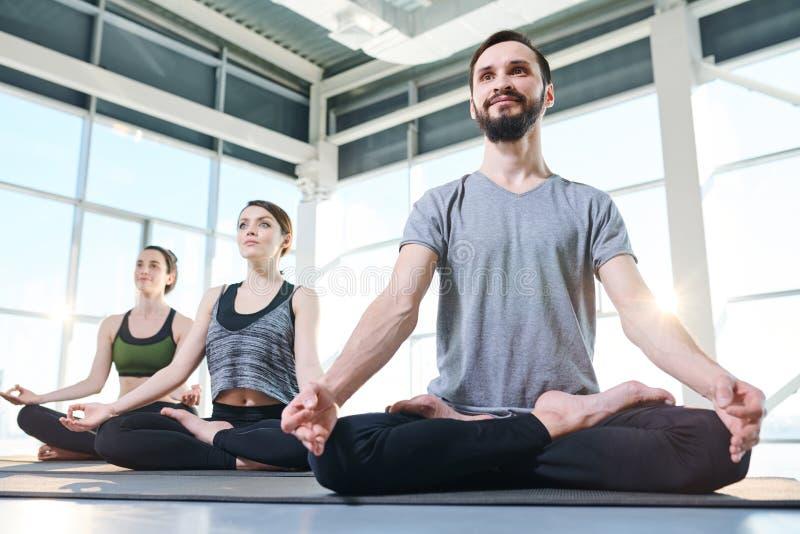 Hacer ejercicio de la yoga fotos de archivo