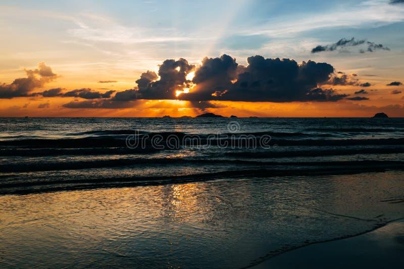 Hacer frente al amanecer por el mar foto de archivo