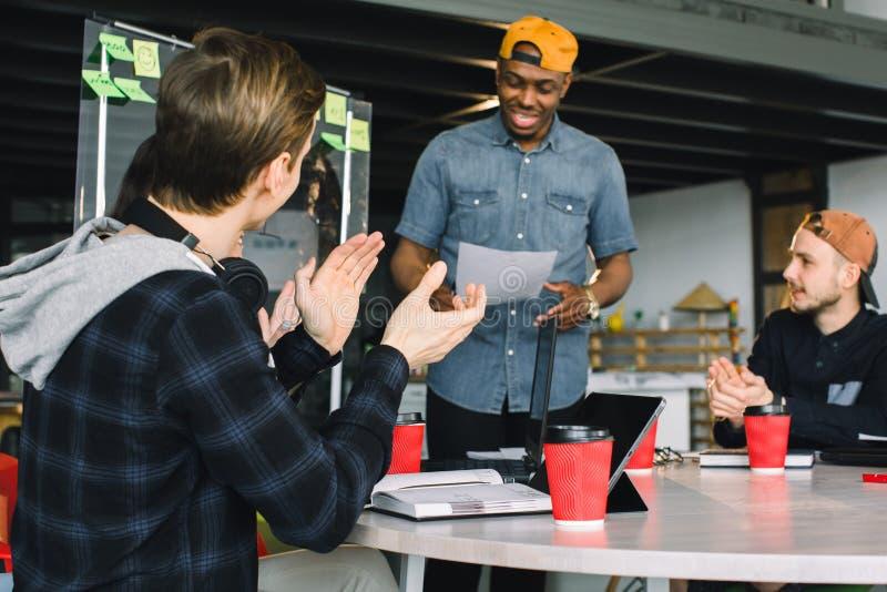 Hacer frente a concepto de la comunicaci?n de la reuni?n de reflexi?n de la discusi?n que habla Hombre de negocios afroamericano  fotografía de archivo