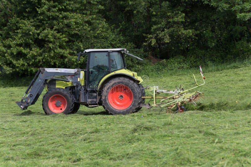 Hacer heno el tractor fotografía de archivo libre de regalías