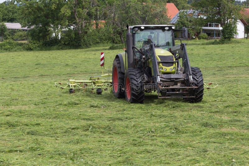 Hacer heno el tractor fotos de archivo