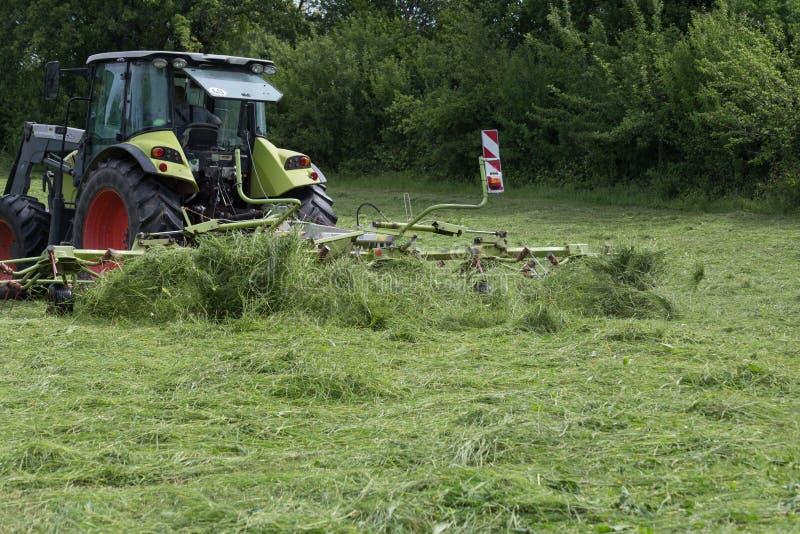 Hacer heno el tractor fotos de archivo libres de regalías