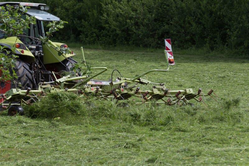 Hacer heno el tractor foto de archivo