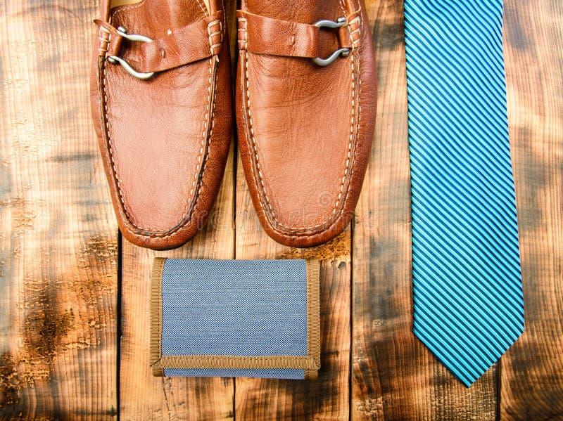 Hacer juego la cartera y la corbata Moda y estilo Complementos masculinos del equipo Tienda de los accesorios Zapatos de cuero co foto de archivo