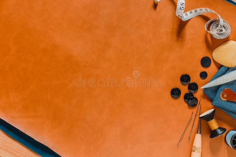 Hacer las herramientas a mano en 2 de cuero naturales color y fondo de madera de la tabla fotos de archivo