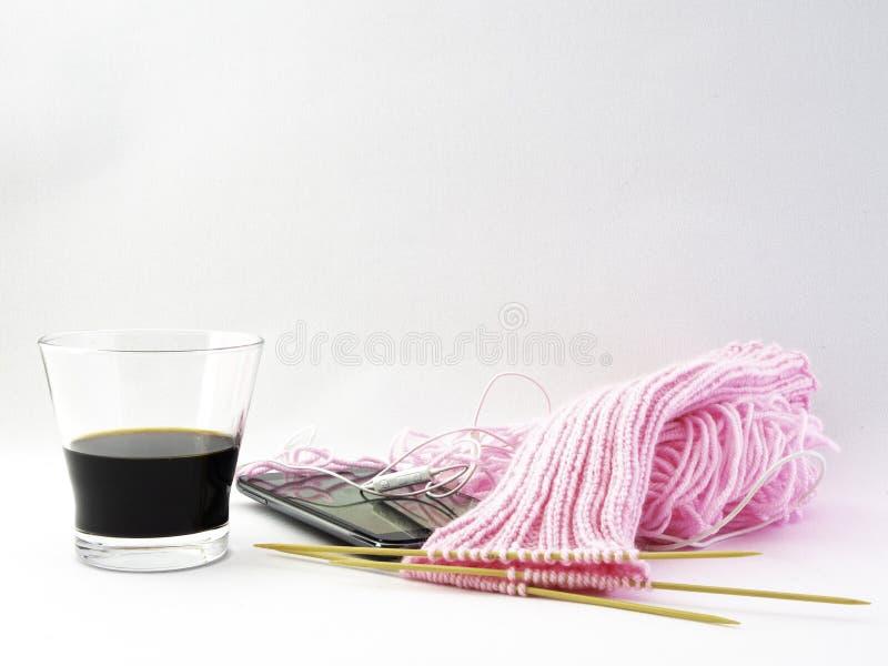 Hacer punto calcetines, una bola rosada de lanas se da vuelta en calcetines imagenes de archivo