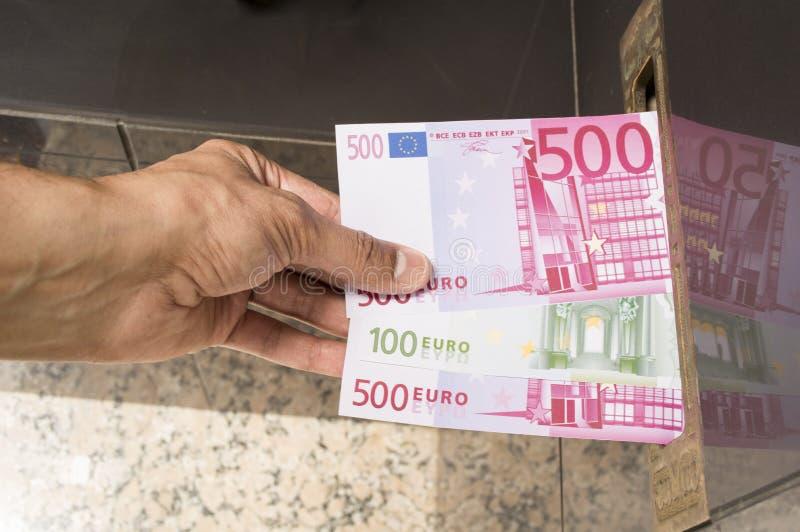 Hacer un correo en notas de los euros de la rebaja imagen de archivo libre de regalías