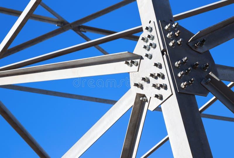 Haces de acero contra el cielo azul imagen de archivo