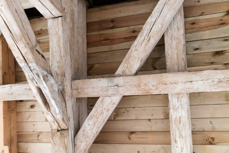 Haces de madera en el ático, tejado de madera de un edificio fotografía de archivo