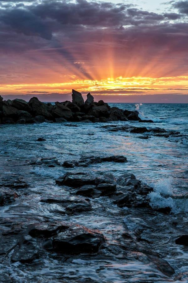 Haces de Sun en la bahía de Opollo, gran parque nacional de Otway, Victoria, Australia foto de archivo
