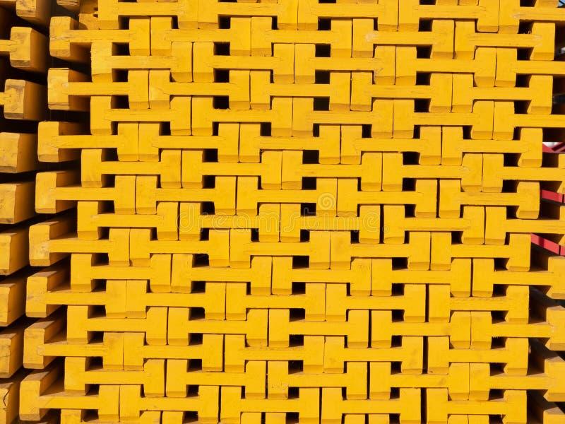 Haces llenados de madera amarillos del encofrado Material de construcci?n imagenes de archivo