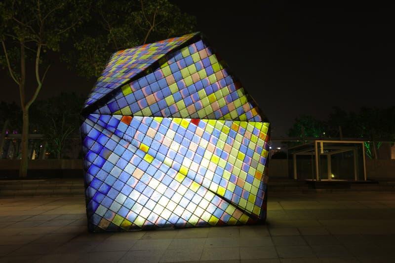 Haces luminosos del cubo del rompecabezas en fondo negro imágenes de archivo libres de regalías