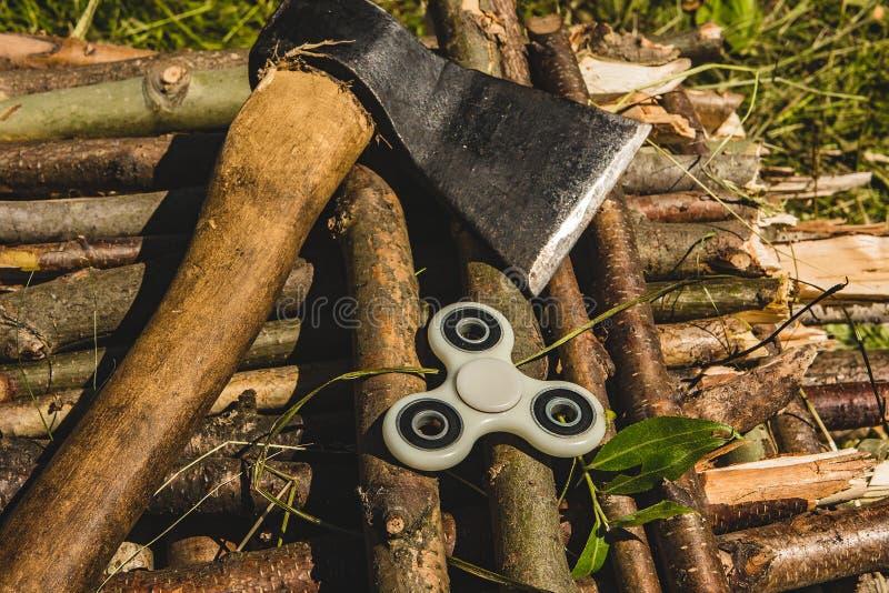Hacha e hilandero en la madera fotos de archivo